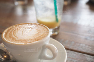 テーブルの上のコーヒー カップ - No.747037