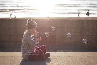風のない海だとシャボン玉も泳ぐの写真・画像素材[790204]