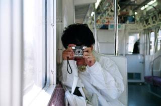カメラにポーズ鏡の前に立っている女性の写真・画像素材[875211]