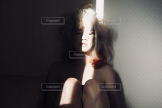 カメラを探している女性の写真・画像素材[956168]