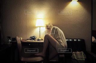 部屋のテーブルに座っている人の写真・画像素材[977837]