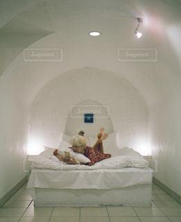 部屋に座っている大きな白いベッドの写真・画像素材[979319]