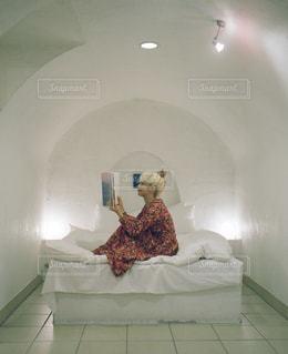 寝室ベッドと鏡の写真・画像素材[979320]