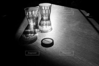 テーブルの上のカップの写真・画像素材[990746]