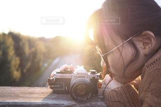 カメラを探している女性の写真・画像素材[1057320]