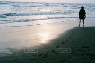 ビーチの上を歩く人の写真・画像素材[1131679]