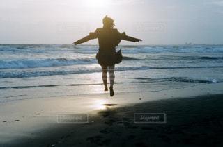 ジャンプしてる女の子の写真・画像素材[1131680]