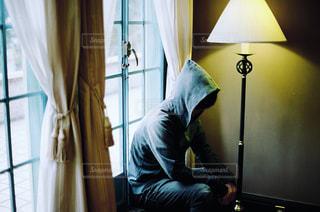 窓際に座る男の人の写真・画像素材[1138932]