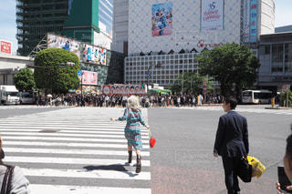 通りを歩く人々 のグループの写真・画像素材[1196362]