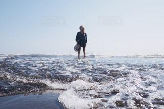 砂浜の上に立っている人の写真・画像素材[1200673]