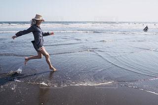 ビーチで空気を通って飛んで男の写真・画像素材[1200674]