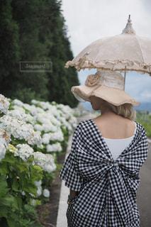 傘を持つ女性の写真・画像素材[1298945]