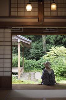 中庭を眺める女性の写真・画像素材[1298946]