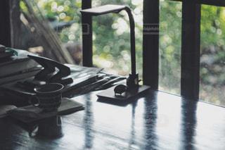 テーブルの上のコーヒーカップの写真・画像素材[1320098]