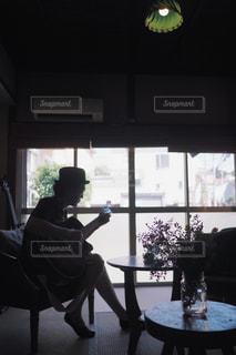 ギターを弾く男性の写真・画像素材[1320101]