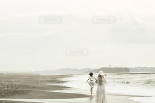 砂浜の上に立っている人の写真・画像素材[1460282]