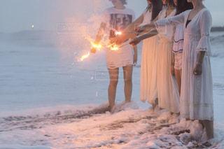 火の隣に立っている人の写真・画像素材[1460285]