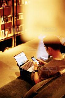 ノート パソコンの前に座っている男の写真・画像素材[1460286]