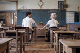 木製テーブルの上に立っている人の写真・画像素材[1460290]