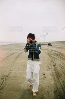 カメラを構えている男性の写真・画像素材[2127493]