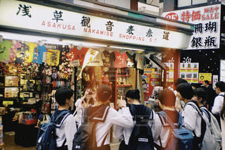 店の前に立っている人々のグループの写真・画像素材[2127496]