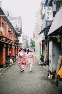 通りを歩いている着物を着た女性の写真・画像素材[2127497]