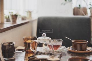 テーブルの上のコーヒー1杯の写真・画像素材[2184285]