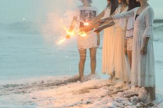 海で花火をしました。の写真・画像素材[2219547]