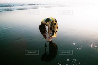 滑らかな水面の写真・画像素材[2695372]
