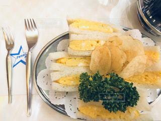 テーブルの上の食べ物の写真・画像素材[2860188]