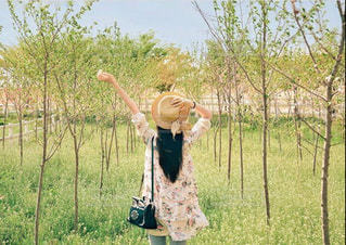 草の覆われてフィールド上に立っている人の写真・画像素材[749974]