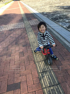 小さな自転車に乗る男の子の写真・画像素材[1700295]