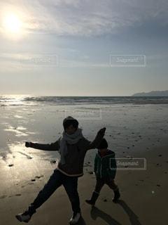 浜辺に立っている男の写真・画像素材[3157426]