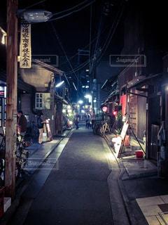 夜の路地の写真・画像素材[1590019]