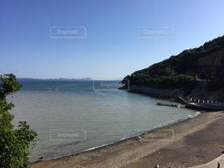 水の体の真ん中に島の写真・画像素材[1218447]