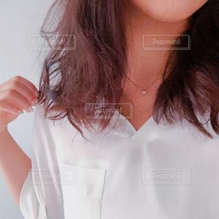 白いシャツの女の写真・画像素材[1287820]