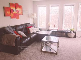 家具と大きな窓でいっぱいのリビングルームの写真・画像素材[3130815]