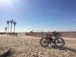 青い空とビーチと自転車の写真・画像素材[418632]
