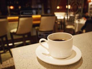テーブルの上のコーヒー カップの写真・画像素材[932272]