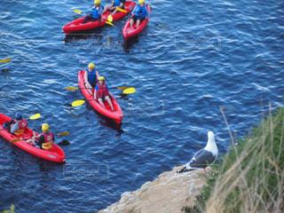 体内の水のいかだに乗って人々 のグループの写真・画像素材[952140]