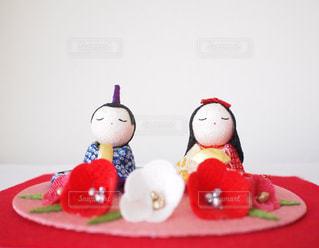 テーブルに赤と白のケーキの写真・画像素材[1029808]