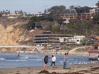 ビーチの上を歩く人々 のグループの写真・画像素材[1091101]