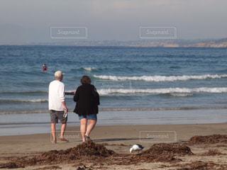 ふたり 老夫婦 セカンドライフ 終活 / 砂浜の上に立っている人の写真・画像素材[1091104]
