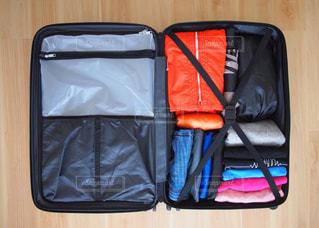 スーツケースにつめた荷物の俯瞰ショットの写真・画像素材[1120236]