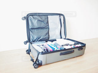 荷造りした女性の小さなスーツケースの写真・画像素材[1120556]