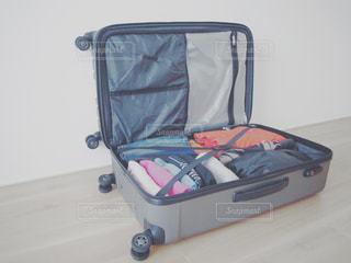 スーツケースにつめた荷物の一部(男性)の写真・画像素材[1120559]