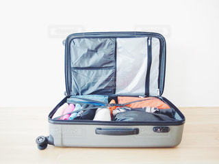国内旅行にむかてスーツケースにつめこんだ荷物の一部(男性)の写真・画像素材[1120560]