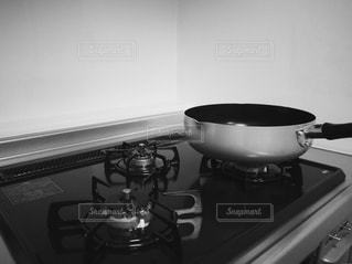 キッチンまわりの掃除のひとつといえばコンロ掃除の写真・画像素材[1132095]