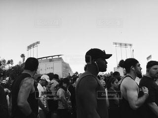 マラソンのスタートライン 観衆の前で立っている人のグループ - No.1133142