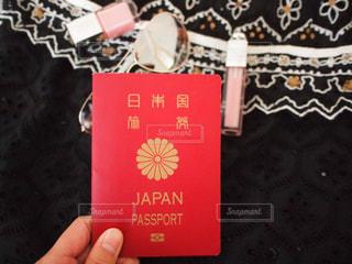 パスポートを持つ手の写真・画像素材[1133265]